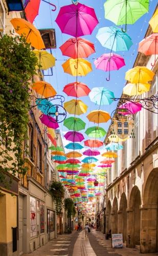 Fr - straatje met paraplu's
